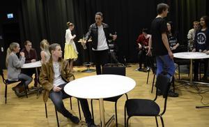 Pilotprojekt. Eleverna i årskurs 7-9 på Stadsskogsskolan i Lindesberg har under ett helt skolår jobbat i teaterprojektet och musikalen Brittas motorfik. Nu närmar sig premiären.
