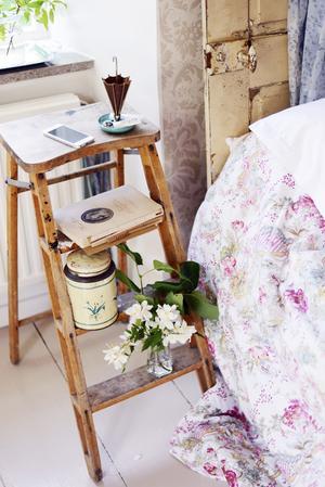 Trappbord. Små möbler är tacksamma att fynda på loppis, de får plats i bakluckan och är lätta att förändra med färg om man så vill. De kan också användas till annat än det de ursprungligen var tänkta för. Här har en trappstege fått bli ett sängbord.