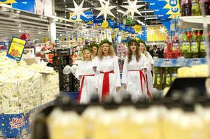 På varuhusen är många juljäktade, men förtjusta utrop möter också luciaföljet.
