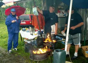 Lennart Lidholm och Jenny Västlund stekte kolbullar till de blöta besökare som besökte Y-festen.