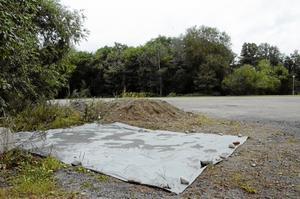 Utsläpp. En presenning skyddar marken under regnvädret. Men på sikt ska ytskiktet på platsen för utsläppen grävas bort.