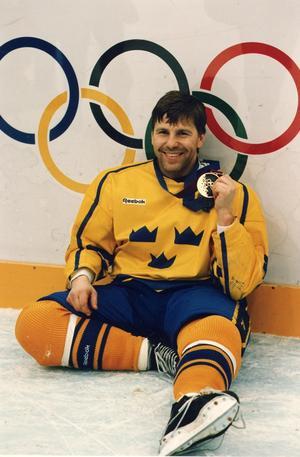 Mats Näslund med guldmedaljen efter OS-finalen i Lillehammer 1994.