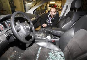 Hela Marcus bil är fylld av glassplitter sedan tjuvarna krossat sidorutan vid förarplatsen. Husnycklarna hittades mellan sätena.
