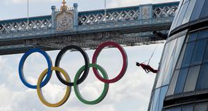 Artister från kompaniet STREB med ett halsbrytande uppträdande på Stadshuset i London, inför OS.