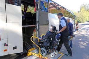 Permobilen är inget hinder. Jesper Ljungström får skjuts in i bussen.
