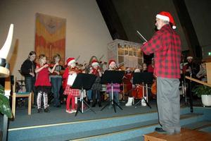 Tomtedirigent. Klassikern Jingle Bells inledde konserten. Ola Persson agerar dirigent.