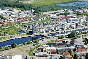 Fabriksområdet före rivningen i förgrunden, utsikt mot Gävle Strand på Alderholmen. Foto: Lasse Halvarsson