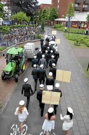 Upp mot torget. Parkavdelningens traktor flankerade studenternas väg upp till torget.