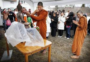 Buddha var festens givna centralgestalt. I år är det 2 555 år sedan han föddes. Munkarna ledde den så kallade Songkran-ceremoni medan en betydligt mera påpälsad publik deltog i firandet lite mer på avstånd.