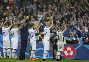 De isländska spelarna tackar fansen efter uttåget ur EM.
