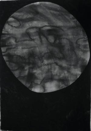 Kanske en måne eller en stenbumling, en stor teckning som hänger i Ahlbergshallen från och med i dag.