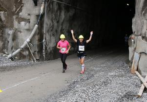 Vi klarade det! Två glada löpare på väg upp ur gruvan.