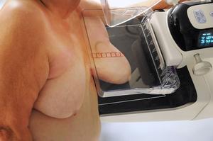 Under mammografin kläms bröstet fast mot en platta. Vissa kvinnor tycker att det är obehagligt eller att det gör lite ont, men trycket är nödvändigt för att få till en skarp bild.