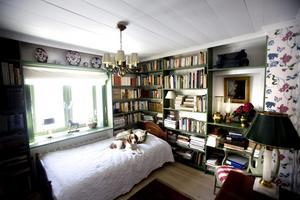 I den stora bergsmansgården finns också plats för ett bibliotek med platsbyggda bokhyllor. Och en säng som linslusen Morgan påpassligt testar.