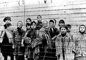 """Begripligt trots allt. Fångar i Auschwitz strax efter att sovjetiska soldater tagit kontroll över lägret. En grundläggande förutsättning för folkmord är iden om hotet från """"de andra"""". Arkivfoto: TT"""