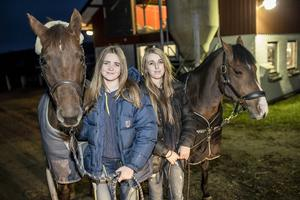 Rebecca Sjögren med Munsboro Mirror Mirror och Saga Harström med Poetics Juvelin. Fyra tjejer som ska visa norrländsk girlpower på ponny-SM utanför Västerås.