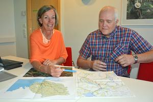 Projektchefen Maria Olsson och projektledaren Sture Andersson visar och berättar hur utbyggnaden av kommunens fibernät ser ut.