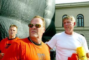 Lasse Nilsson, Gunnar Almberg och Roger Berggren är några av de värdar som lyft 100-tals människor över kravallstängslen under Gatufesten.