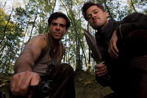 Eli Roth (Sgt Donnie Donowitz) coh Brad Pitt (Ltd Aldo Raine).