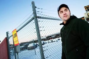 """Mikael Bergwall är säljare på Jämtlands bildemontering och han möter  ofta kunder som är positiva till elstängslet.             """"Vissa frågar vad det är för något men de tycker att det är ett bra att vi har det,"""", säger han.  Foto: Ulrika Andersson"""