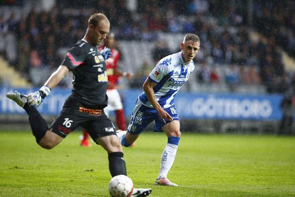 Falkenbergs målvakt Alexander Lundin sparkar ut framför Göteborgs Søren Rieks under fotbollsmatchen i allsvenskan mellan IFK Göteborg och Falkenbergs FF på Gamla Ullevi i Göteborg.