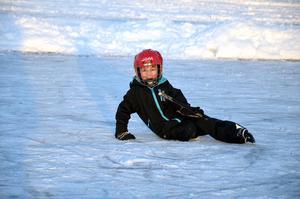 Elton Ejven, 6 år tyckte att isen var bra trots flera vurpor.