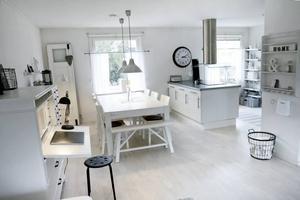 EN PLATS FÖR ALLA. Köket är stort och rymligt och en av Lise-Lotts favoritdelar i huset. Det stora köksbordet är en av Lise-Lotts ögonstenar och dörren som står lutad bredvid fönstret är en annan favorit.