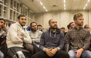 Under stigande förvåning får ÖFK höra om kultursatsningen 2016 inför 2 500 betalande åhörare. Sotiris Papagiannopoulos, Aly Keita och Dennis Widgren, i bakgrunden Emir Smajic.