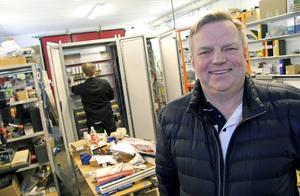 Så här glad är delägaren Leif Andersson i Borlänge över att teknik- och konsultföretaget AB Tändkulan fått en stororder, från Fortum Värme samägt med Stockholmsstad, att modernisera basproduktionsanläggningarna Hässelby och Akalla i Stockholms fjärrvärmenät. .