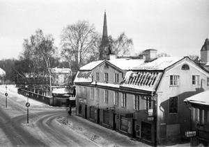 Gunhild Gustafsson och hennes man Jan har en bild på Bånkgården. Bilden är från tidigt 1950-tal. Vi ser Skomakargatan som på den tiden gick ända fram till Källgatan. Man kan också se butikerna: Lagströms husgeråd, damfriseringen, mjölkbutiken och Fabriksboden.På hörnet mot Skomakargatan kan man se skylten «Biljardsalong«. Det var Madda Bergströms salong i källaren till det nu rivna huset vid nuvarande VLT som den ville visa vägen till. Frisör står också att läsa på en skylt. Det var Savoy, som ägdes av Östen Eliasson, också i samma hus.
