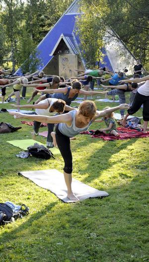 Kvällen som LT besökte yogaskolan var ungefär 50-60 personer på plats och deltog i passet.