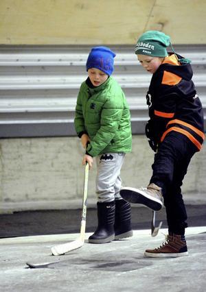 Hockey spelades både på och utanför isen.