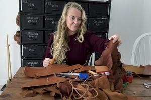 Journalisten och inspiratören Monica Karlstein driver Hemmafixbloggen.se. Där delar hon med sig av sina kreativa projekt och ett av hennes favoritmaterial är läder.