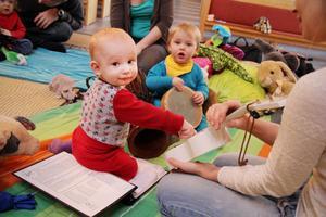 Melker Westh provspelar lite på ukulelen, medan Ebbe Mattsson ser på.