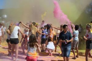 Närmare 350 ungdomar och vuxna var med på färgfesten i Stadsparken på tisdagen.