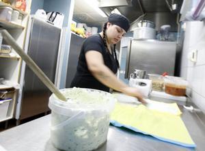 Sanne Blom trivs bäst i köket. Äntligen har hon fått jobb som kallskänka.