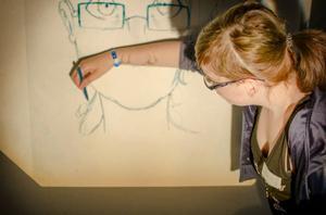 Moa Rolén från Torvalla jobbar med att förstora sitt självporträtt.