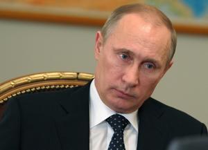 hot mot freden. Rysslands president Vladimir Putin hävdar, likt forna tiders sovjetiska ledare, att Ryssland har rätt att militärt  angripa grannländer. Foto: Alexei Nikolsky/AP/TT