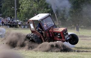 Hej vad det går! Så länge det inte är frågan om en gammal raritet ska traktorn gärna användas. Det är en stor del av nöjet.