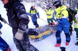 Det tog ett par timmar att få ner det skadade lavinoffret från Östra ravin till Fjällgården där ambulansen väntade.