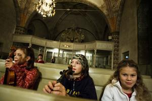 Louisa, 9 år, Paul, 11 år, och Freia, 8 år, i väntan på att uppträda.