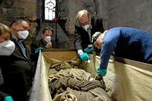 Den mumifierade biskopen Peder Winstrup var inte ensam i kistan.