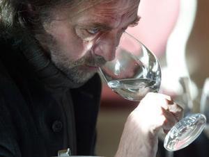 På samma sätt som vid provsmakning av vin är doft en viktig egenskap. Här luktar Jan Holmström på drycken.