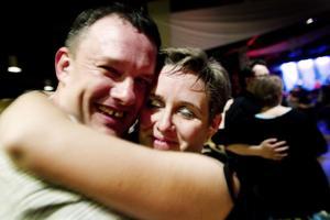 Fredrik Bengtsson och Annika Åkesson trivs på dansgolvet.