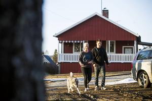 20 år och husägare. Teresia Olsson och Johan Nilsson, här med jämthunden Ställa, är inte speciellt oroliga av sig. De bor billigare i eget hus i Ramsjö än när de hyrde lägenhet i byn.