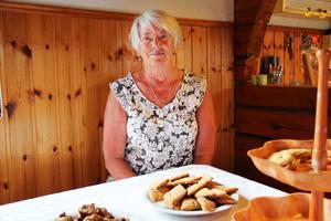 Monica Hjelm, Hamra, anordnar för första året en kakbuffé. Något som blev väldigt populärt och kakorna gick åt som smör i solsken.