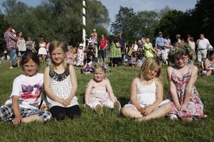 HOLMEN. Unga som gamla samlades på Holmen. Nära dansbanan satt (från vänster): Emmy Åmark, 8, Ebba Hansson, 8, Lova Danielsson, 4, Elli Hansson, 6 och Alva Danielsson, 7 år.