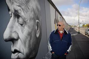 Berlinmuren sista rest är full av målningar gjorda av konstnärer.1,3 kilometer dödsbringanden betong har blivit Berlins största konstverk.