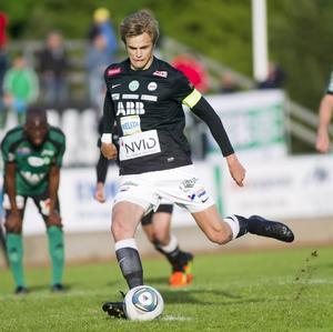 Jagar seger. Oscar Pehrsson och hans VSK har inte vunnit sedan den 12 juni, då mot just IK Frej. I dag möts lagen på Vikingavallen i Täby. foto: per groth/arkiv