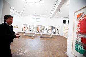 """Poul Witting visar runt i huset, här en av de två stora utställningshallarna. Den utställnings som visas här just nu heter """"Under stor press"""" och handlar om grafikens historia."""